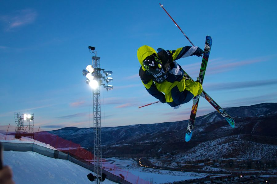 Flying high, the X-Games athletes will try to do the impossible, breaking records and doing stunts never before seen! Above, one of the highlighted events of the year, the ski halfpipe, is being performed.