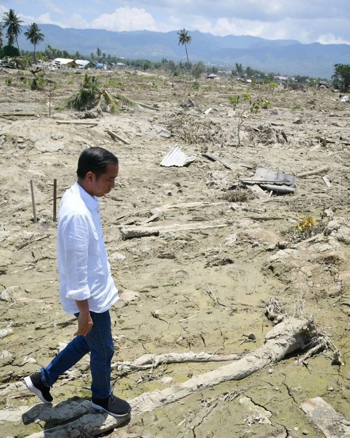 The+President+of+Indonesia%2C+Joko+Widodo%2C+walks+around+the+city+of+Palu.+The+previously+lively+city+has+been+demolished+to+sandy+earth+by+the+7.5+magnitude+earthquake+and+18-foot+tsunami+that+slammed+the+area+on+September+28%2C+2018.