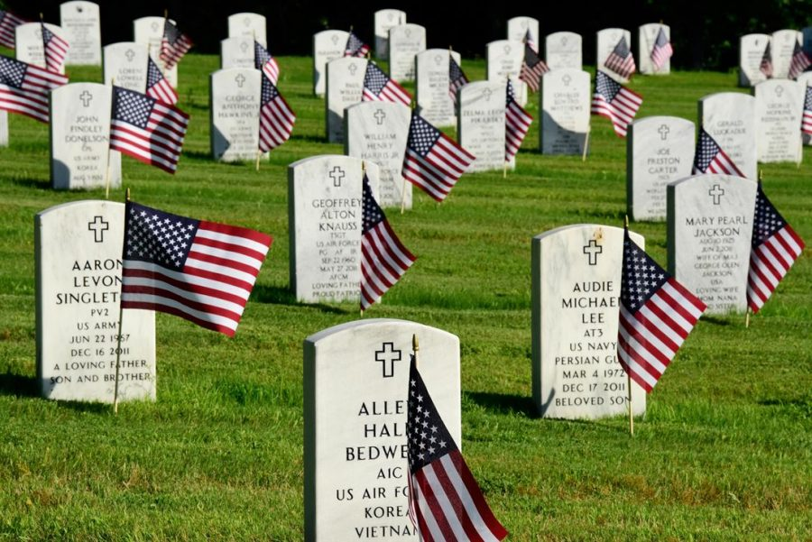 American+flags+decorate+headstones+at+the+Arkansas+State+Veterans+Cemetery+in+Little+Rock+after+the+2017+Memorial+Day+flag+placement+observance.+It+is+customary+for+current+US+soldiers+to+conduct+the+ceremony.+