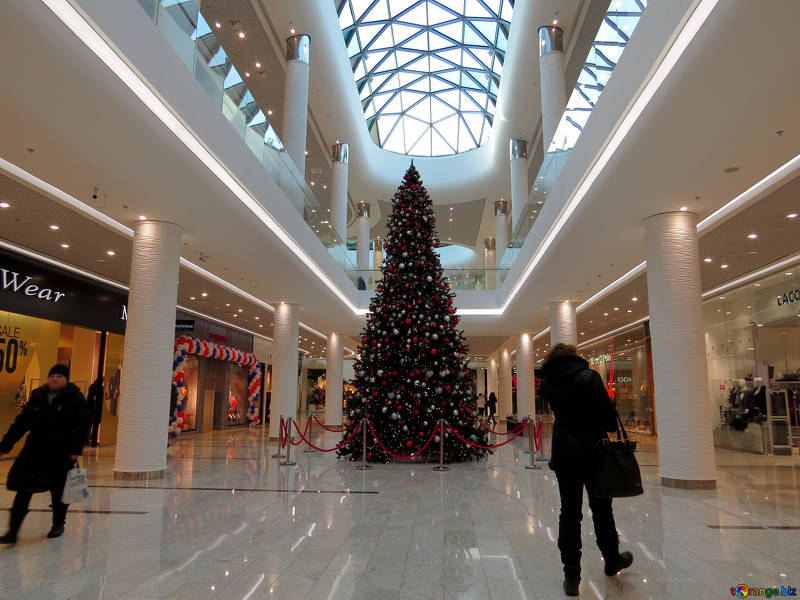 Strolling+through+the+mall+in+winter%2C+customers+look+upon+all+the+new+holiday+decor.+With+the+smells+wafting+through+the+air%2C+an+opportunity+presents+itself+as+cuffing+season+arrives.