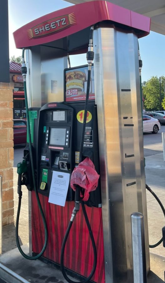 With+bags+covering+the+gas+pumps+at+the+Sheetz+in+Knightdale%2C+people+continue+searching+for+an+available+gas+station.+After+the+cyber+attack+on+the+state%E2%80%99s+gas+pipeline%2C+there+is+a+greater+demand+for+gas+than+there+is+supply.